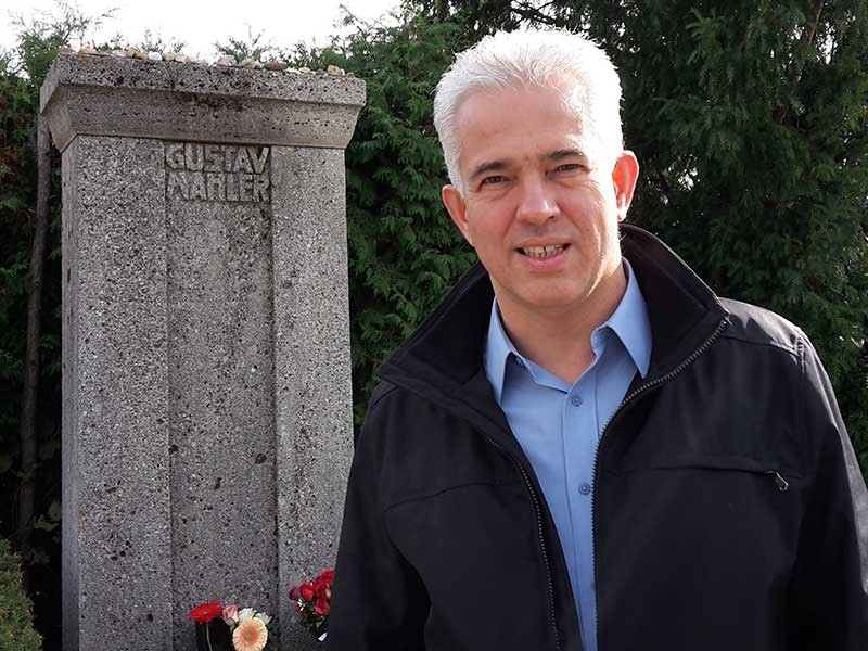 Guest conductor Christoph Campestrini at Mahler's grave.